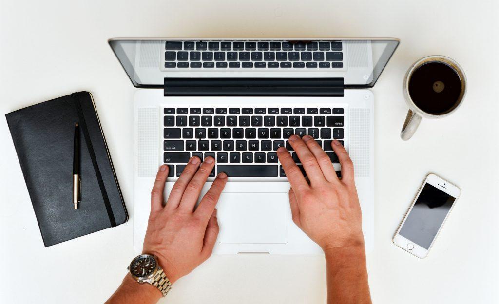 Ein Schreib Service Mitarbeiter transkribiert Texte
